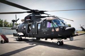 Il primo piano dell'elicottero AW HH 101 Caesar in dotazione della nostra Marina Militare. Dal settembre 2014 ha sostituito il vecchio HH-3F e assieme Insieme ai compiti tradizionali SAR (Search And Rescue), l'HH-101A condurrà anche la Combat SAR, il recupero del personale, e usato come velivolo di intercettazione a slittamento lento. È una macchina molto silenziosa e performante anche in condizioni di scarsa luminosità. A Taormina è stato utilizzato per trasportare le consorti dei leader del G7 per un volo panoramico sull'Etna