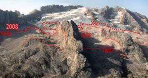 Una fotografia del ghiacciao della Marmolada ci mostra quanto l'area delle nevi perenni si sia ridotta negli anni