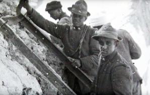 Alpini mentre mettono in sicurezza una cengia per il trasporto di viveri e munizioni