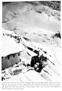 Una foto dell'epoca scattata dal capitano Sala, nel campo nei pressi della forcella Giralba. Le tracce nella neve dovrebbero condurre esattamente alla galleria ritrovata dopo un secolo da quegli eventi bellici