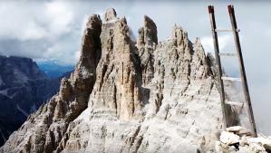 Una immagine panoramica della Cima Undici, vista dalla Cresta Zsgismondy. Alla base dei pinnacoli che sembrano dita di una mano, si nota il «bivacco Mascabroni», sorto esattamente dove una volta vi eranano i baraccamenti e gli alloggi dei leggendari incursori del capitano Sala