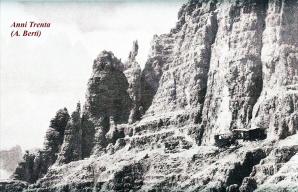 Una foto di Antonio Berti, del libro scritto a quattro mani con il capitano Giovanni Sala nell'edizione Cedam del 1933. Si possono notare i ruderi della baracca di legno dei Mascabroni sulla gengia