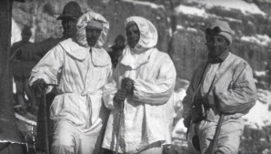 Il primo a sinistro il capitano Giovanni Sala con la protezione bianca, utile anche per una mimetizzazione nella neve