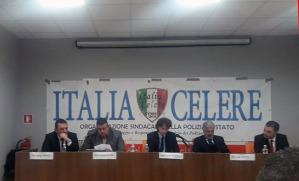 Da sinistra, seduti al tavolo dei relatori, il moderatore Sergio Meucci, Andrea Cecchini, presidente del sindacato nazionale di Polizia