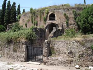 Una foto desolante delle condizioni dell'Augusteo, il monumento funerario che adesso è diventato un cantiere per un restauro generale
