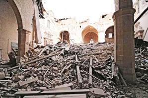Il crollo delle navate della Basilica di Collemaggio nel terremoto del 2019. La basilica fu fondata nel 1288 per volere di Pietro da Morrone, il frate eremita, che il 29 agosto 1294, in questo stesso luogo, fu incoronato papa con il nome di Celestino V