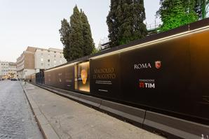 La cinta del cantiere dove è in corso il restauro del Mausoleo di Auguro, con una superficie di 300 metri di pannelli stampati che raccontano un pezzo di storia del nostro passato