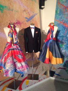 """Nel corso della Mostra di Cremona Martino Zanetti si è anche divertito a presentare, facendo """"scendere"""" i suoi colori dalle grandi tele, dei capi di abbigliamento e accessori moda suggeriti dalle sue opere (foulard, pochette, papillon, gonne, abiti anni Sessanta…)"""