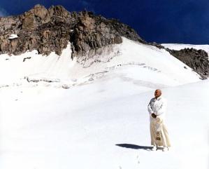 Una immagine suggestiva di papa Wojtyla del 7 luglio 1988 durante una delle sue escursioni sul ghiacciato Presena del gruppo Adamello-Brenta