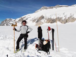 Il glaciologo del Muse Christian Casarotto durante un sopralluogo sul ghiacciaio dell'Adamello
