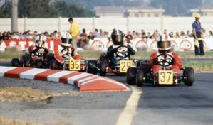 In testa al gruppo, in una gara a Parma del 1977, con il n°37 c'è Andrea De Cesaris che precede Allen
