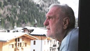 Cesare Maestri, una immagine suggestiva del famoso rocciatore trentino sul balcone della sua casa di Madonna di Campiglio