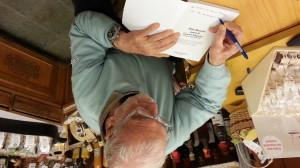 Il Ragno delle Dolomiti alla presa con una dedica su uno dei suoi ultimi libri