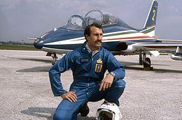 Il colonnello Ivo Nutarelli, ufficiale delle Frecce Tricolori e capo pattuglia, morì tragicamente in una esibizione aerea a Ramstein, a causa di una fatale collisione fra tre velivoli.  Nella foto con lo sfondo dell'Aermacchi MB-339PAN.
