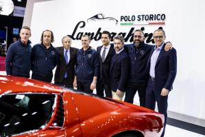 Lo staff del Polo Storico di Lamborghini con Stefano Domenicali