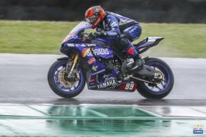 Agostino Santoro, quarto in gara2 nella Sbk, alle spalle del compagno di colori Axel Bassani con la Yamaha YZF-R1 del team Motoxracing