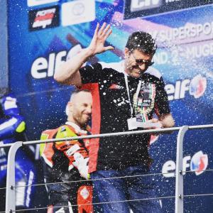 Beppe Amato, general manager del Team Rosso Corsa, sul podio con Massimo Roccoli al Mugello