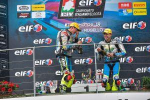 Il podio di gara2 di Moto3 al Mugello, con i compagni di squadra Zannoni e Carro che si annaffiano di champagne a vicenda