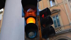 Secondo il Nuovo Codice della Strada il semaforo giallo non potrà durare meno di 5 secondi.