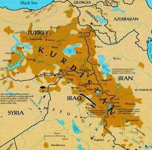 Il Kurdistan è una nazione ma non è uno stato indipendente. La vasta area geografica occupata è di circa 450 mila Kmq. Si tratta di un territorio strategico e rilevante per la ricchezza di petrolio e di risorse idriche.